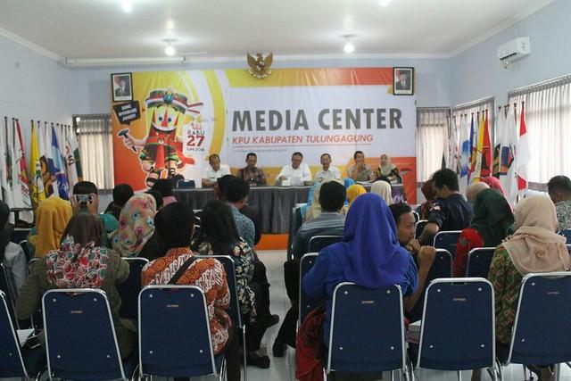 Suasana rapat koordinasi KPU Tulungagung beserta anggota PPK di Ruang Media Center (23/3)