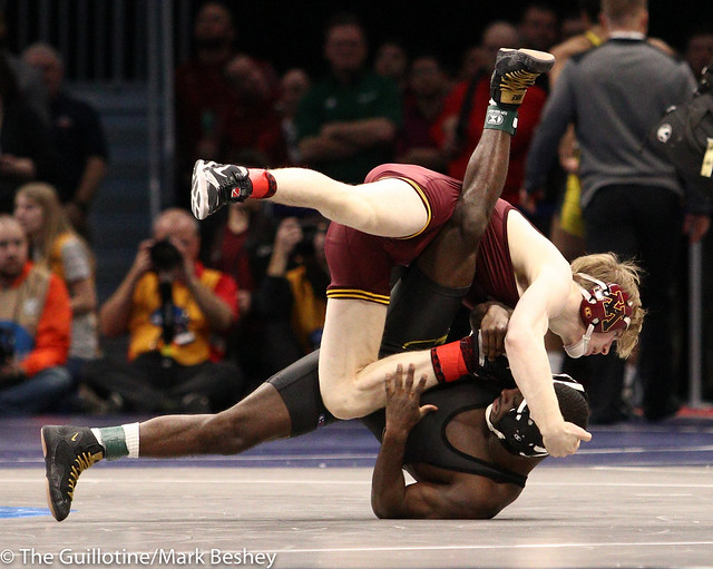125 Champ. Round 1 - Ethan Lizak (Minnesota) 27-5 won by major decision over Barlow McGhee (Missouri) 15-12 (MD 11-0) - 180315amk0030