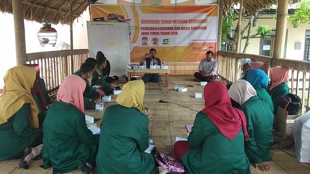 Suprihno memberikan wawasan pada relawan demokrasi saat tampil sebagai narasumber pertama dalam bimtek, Sabtu (14/4)