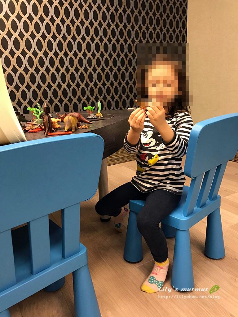 小妮真的在煙波花蓮簡單的遊戲室玩得很開心。