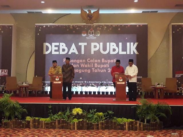 Dua Paslon ketika debat publik di Hall Istana Hotel Tulungagung (23/3)