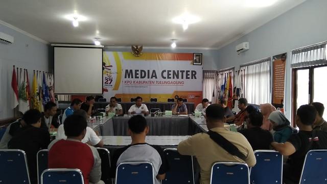 Suasana Rapat Persiapan Debat Publik II oleh Komisioner KPU Tulungagung dengan seluruh jajaran sekretariat KPU Tulungagung di Media Center KPU Tulungagung (21/4)