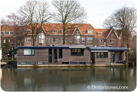 Casa flotante petada de paneles solares