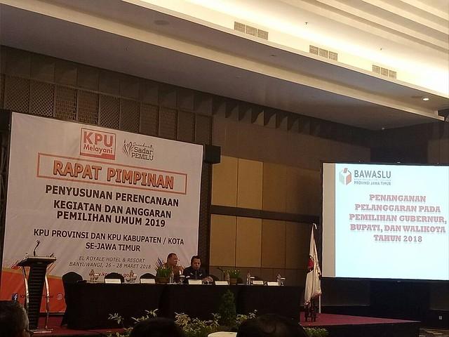 Totok Hariyanto menyampaikan materi tentang penanganan pelanggaran pilkada di hari kedua rapim, Selasa (27/3)