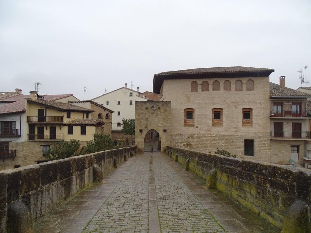 Puente romanico Puente la Reina Navarra 01