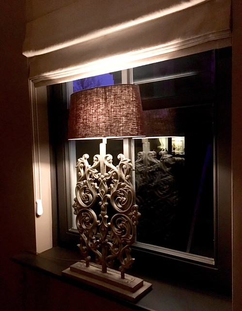 Schemerlamp op vensterbank