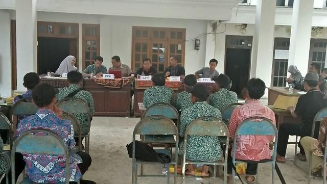 Ketua KPU Tulungagung Suprihno, M.Pd., saat memonitoring dan supervisi pleno DPSHP PPS di Desa Nyawangan Kecamatan Sendang (10/4)