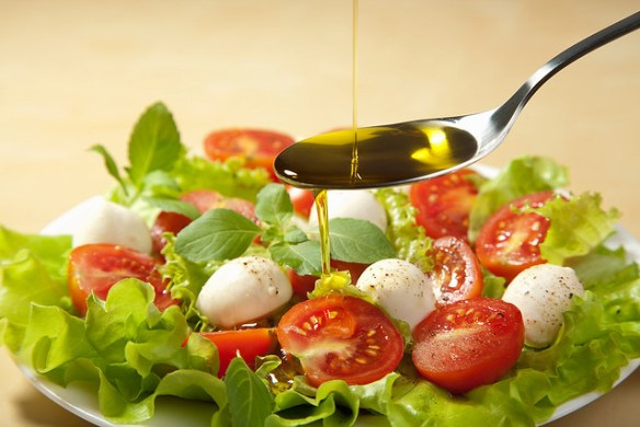 salad-with-olive-oil-(high-resolution)