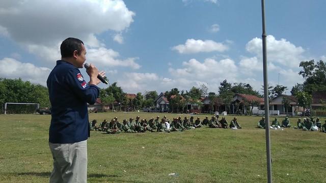 Anggota KPU Tulungagung Suyitno Arman saat memberikan materi terkaiat pelaksanaan pilkada dan pemilu pada kegiatan satlinmas di lapangan boyolangu (7/5)