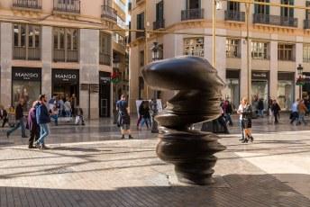 Halverwege toch weer cultuur, een sculptuur van Tony Gragg. Net als die in Baku zie je ook in deze vele silhouetten van gezichten als je er omheen loopt.