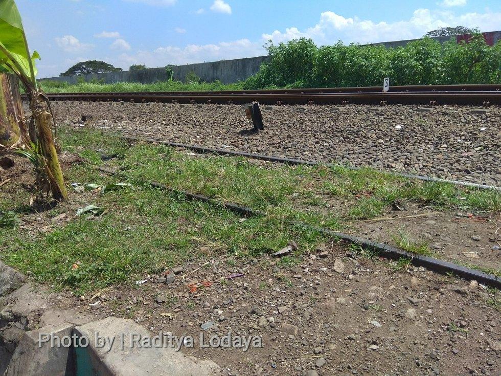 Foto Jalur Rel Mati Bandung (Kiaracondong-Karees): Rel Nampak Lagi dan Masih Sejajar Jalur Utama