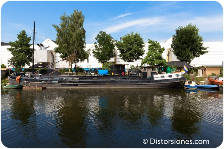 Otra casa flotante construida en un barco de transport fluvial