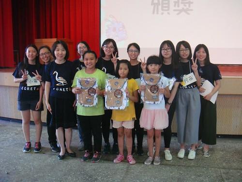 三位獲得最佳導覽獎的學童,與青年導覽員的合影