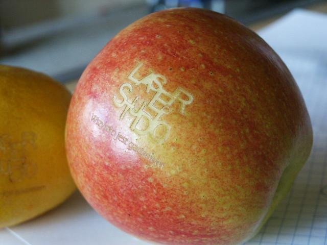 jabłko grawerowane laserem