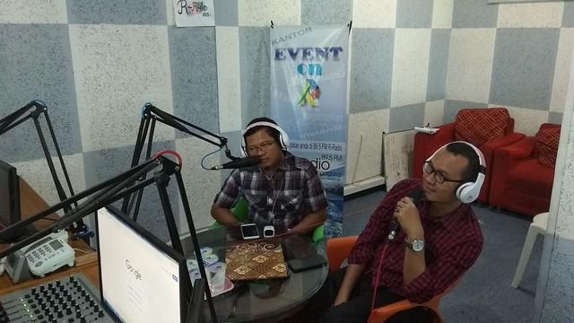 Ketua KPU Tulungagung Suprihno dan Anggota KPU Tulungagung Suyitno Arman menyampaikan hasil DPT dalam acara On Air di R-Radio Tulungagung (19/4)