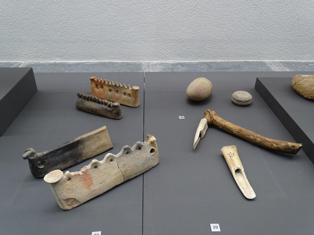 Utensilios de hueso y ceramica Edad de Hierro Museo de Navarra Pamplona