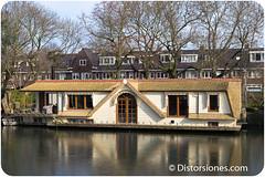 Casa flotante con techo de paja