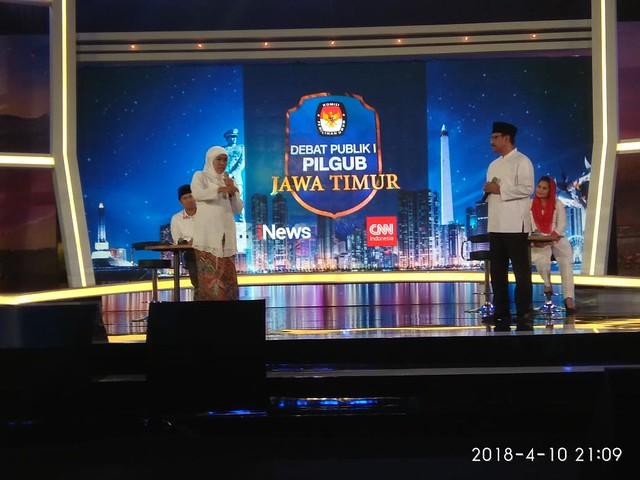 Terlihat kedua pasangan calon Gubernur dan Wakil Gubernur Jatim saat menyampaikan statement dalam debat publik yang di laksanakan KPU Jatim di Dyandra Convention Center Surabaya (10/4)