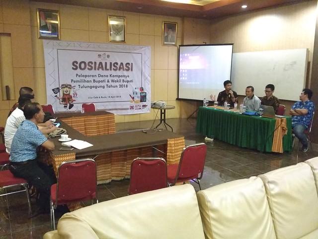 Suasana Sosialisasi Pelaporan Dana Kampanye Pemilihan Bupati dan Wakil Bupati Tulungagung di Liiur Care & Resto Tulungagung (18/4)