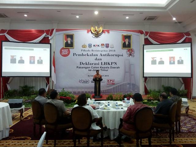 Ketua KPU Tulungagung Suprihno saat menyampaikan data LHKPN paslon bupati dan wakil bupati tulungagung di hadapan peserta Pembekalan Anti Korupsi dan Deklarasi LHKPN di Gedung Grahadi Surabaya (12/4)