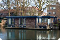 Casa flotante con balcón