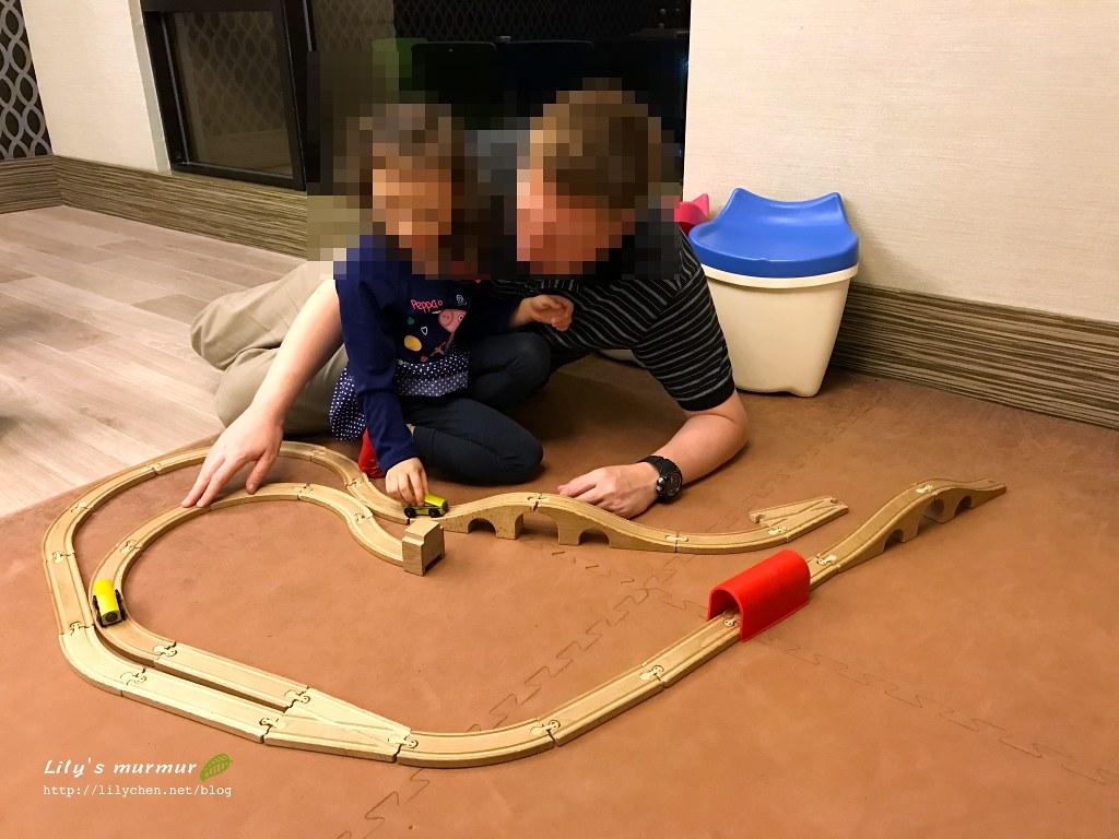 我們一起在遊戲室陪小妮玩,玩具雖少她卻玩得開心。