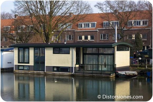 Casa flotante con balcón y barca