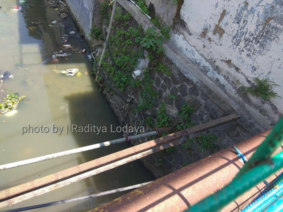 Foto Jalur Rel Mati Bandung (Kiaracondong Karees) 31 - Rel menggantung di atas kali Jembatan Samoja Dalam