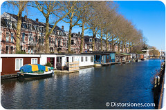 Calle y canal con casas flotantes