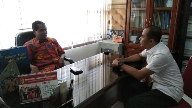 David Hartanto Kasubbag TP dan Hupmas KPU Tulungagung saat koordinasi dengan Slamet Sunarto Sekretaris Disbudpar Tulungagung (27/3)