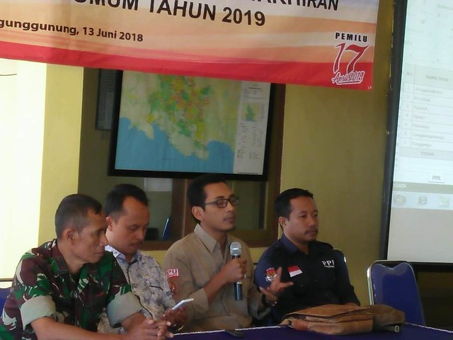 Moh Fatah Masrun ketika melakukan melakukan monitoring rapat pleno rekapitulasi daftar pemilih hasil pemutakhiran PPK Tanggunggunung, Rabu (13/6)
