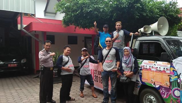 Anggota PPK Kecamatan Tulungagung saat melaksanakan ledang Pilkada di sepanjang jalan wilayah perkotaan (24/6)
