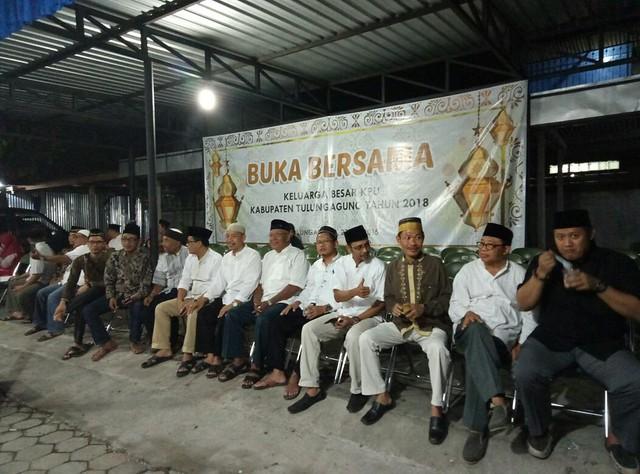 Komisioner KPU (Aktif) beserta alumni karyawan dan alumni komisioner KPU saat beramah tamah di halaman kantor KPU Tulungagung (27/5)