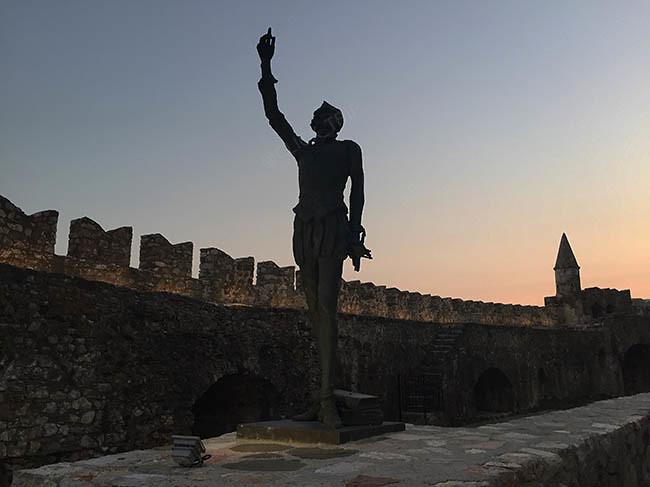 · Atardecer en el memorial de la Batlla de Lepanto en Nafpaktos · ¿Qué ver en Grecia? · Ruta en coche por Grecia · Click_Trip ·