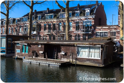 Casa flotante vieja y destartalada