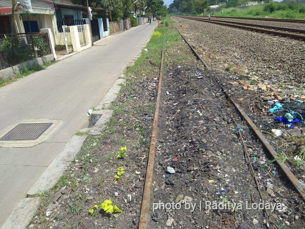 Foto Jalur Rel Mati Bandung (Kiaracondong-Karees): Mendekati Jalan Raya