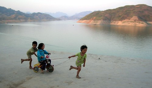 Kids playing by Philou.cn