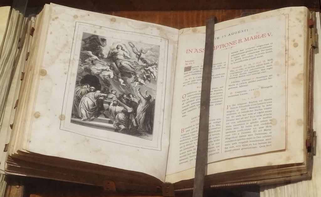Libros antiguos Museo Iglesia de Santa Maria de villa de los Arcos Navarra 04
