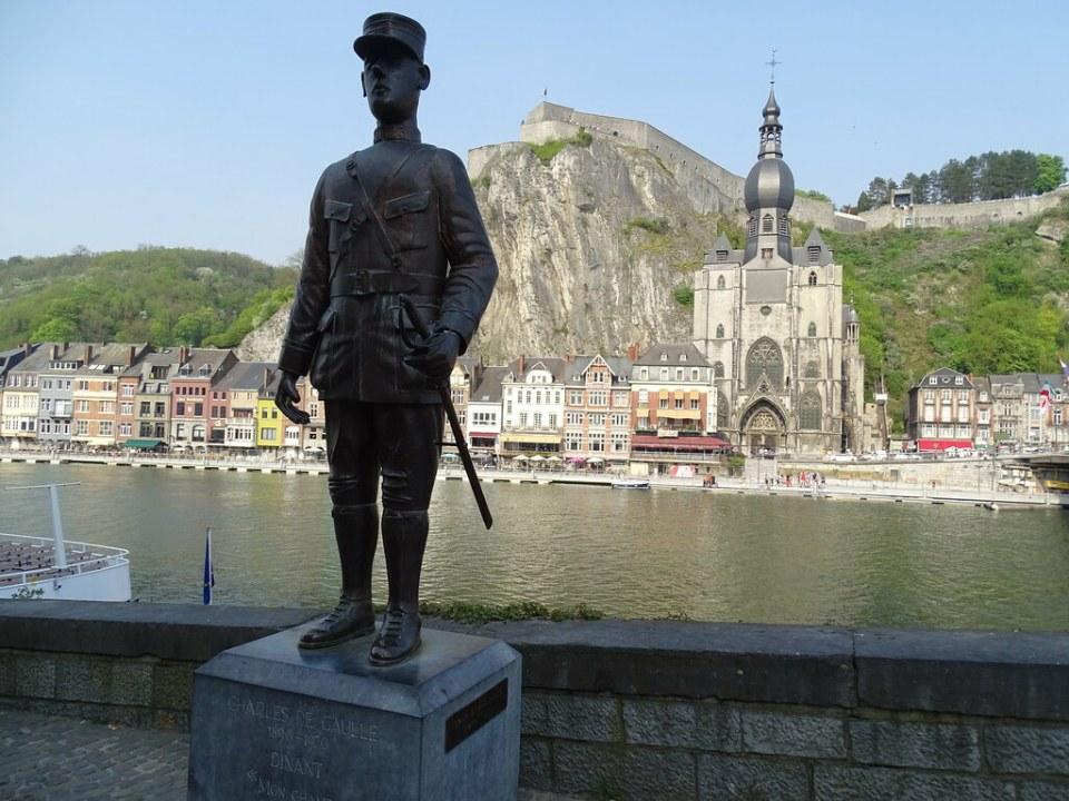 Ciudadela, Colegiata de Notre Dame y Escultura de Charles de Gaulle Dinant Belgica 01