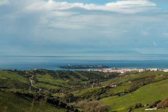 Na mijn bezoekje aan Gibraltar reed ik naar Tarifa vanwaar de ferry naar Marokko vertrekt. Je ziet de Afrikaanse kust al lonken in de verte.