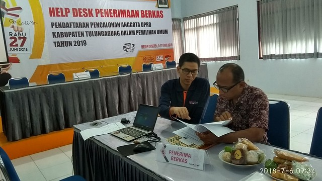 Agus Safei memberi penjelasan pada bacaleg dari Partai Hanura, Suparno, saat meminta formulir pendaftaran caleg di Kantor KPU Tulungagung, Jumat (6/7)