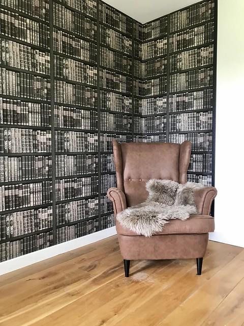 Bruin leren fauteuil boekenbehang