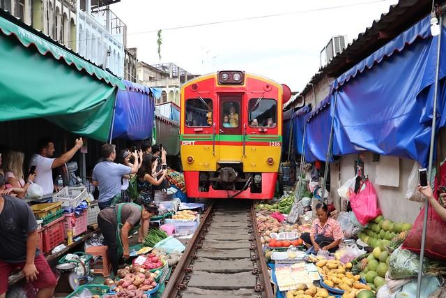 mercado de las vías del tren Bangkok