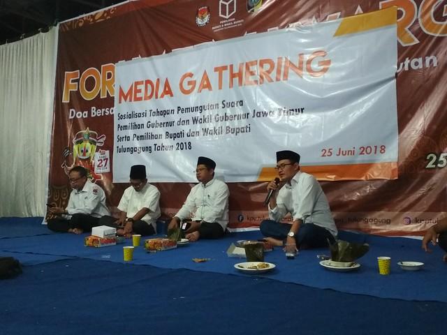 Seluruh Komisisoner KPU Tulungagung saat memimpin acara Media Gathering di Halaman KPU Tulungagung (25/6)