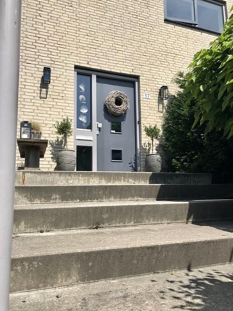 Hoge stoep met voordeur landelijke stijl