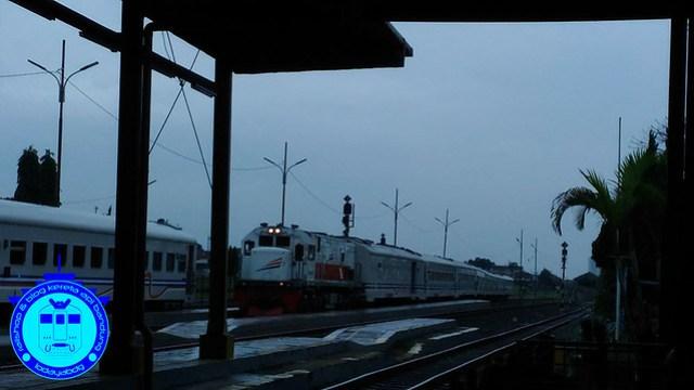 Kereta Api Ekonomi Bandung Jogja (2): Kereta Api Serayu Transit Kroya 2/2