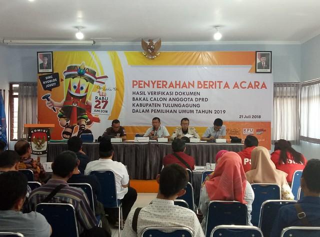 Suasana penyerahan berita acara hasil verifikasi dokumen bakal calon anggota DPRD Kabupaten Tulungagung dalam pemilu 2019 di Gedung Media Center KPU Tulungagung (21/7)