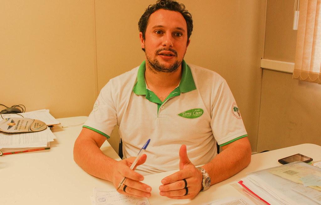 Carlos Pansera explica que a meta da Cooperativa Terra Livre é colocar 50% da produção de leite em pó no mercado institucional. Foto Catiana de Medeiros.jpg