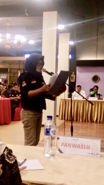 Ketua PPK Gondang Endah Kartikasari saat membacakan berita acara Daftar Pemilih Sementara Hasil Perbaikan di sindang Pleno KPU (28/4)