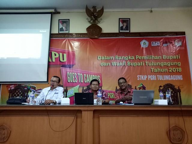 Ketua KPU Tulungagung Suprihno saat menjadi narasumber dalam KPU Goes to Campus di Auditorium STKIP PGRI Tulungagung (27/4)
